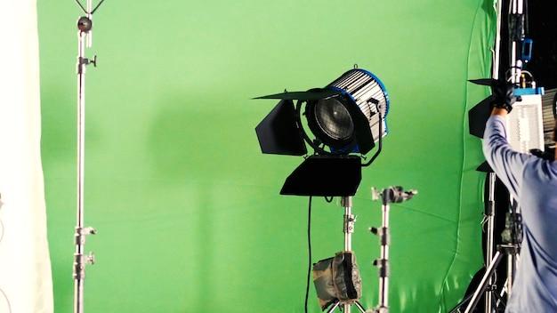Большой студийный светодиодный прожектор для производства видео или фотопленки с зеленым фоном экрана
