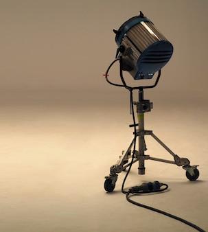 Большие студийные светильники для производства видеофильмов или фильмов, которые имеют большой вес и стоят на специальных прочных