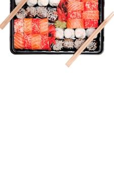 큰 초밥 세트 ib 검은 플라스틱 상자 흰색 배경, 상위 뷰 가까이, 복사 공간