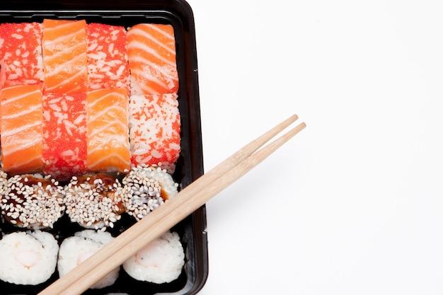 白の大きな寿司セットib黒プラスチックボックス、上面図のクローズアップ、コピースペース