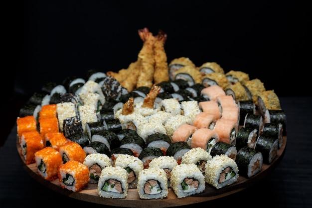 カリフォルニア、フィラデルフィア、うなぎ、ドラゴン、エビのエビがセットになった大きなお寿司。レシピの場所がある日本食。