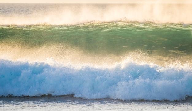 서핑 및 바디 보드 활동에 완벽한 흰색 거품 고 에너지 충격의 큰 파도