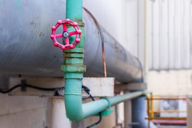 공장의 수도 시스템에 큰 밸브 및 파이프 라인