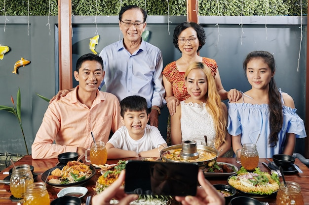 写真のためにポーズをとってベトナムの大きな家族