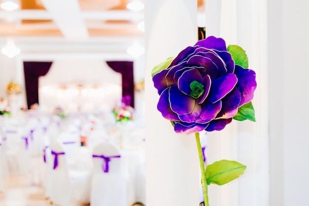 큰 보라색 인공 꽃. 식당에서 결혼식 피로연