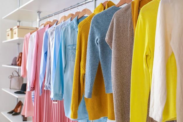 Большой шкаф с одеждой в гардеробной