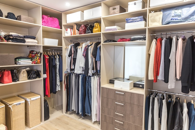 Большой гардероб с разной одеждой для гардеробной