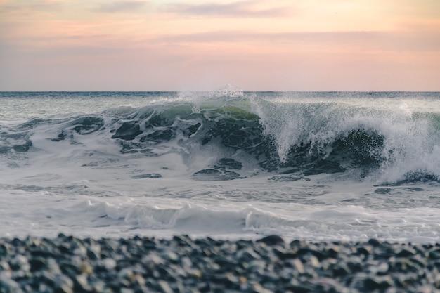 Большая волна на пляже