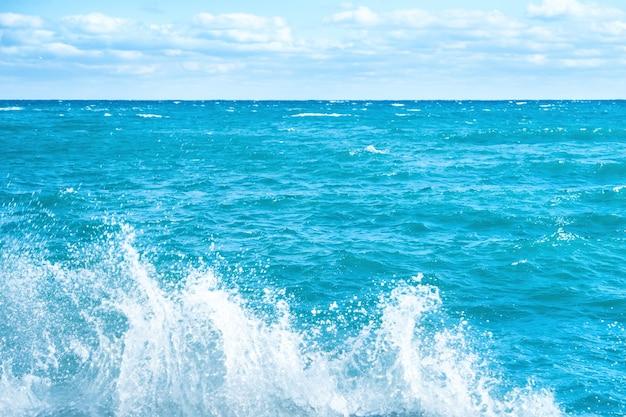 푸른 바다에 큰 파도입니다. 서핑과 거품