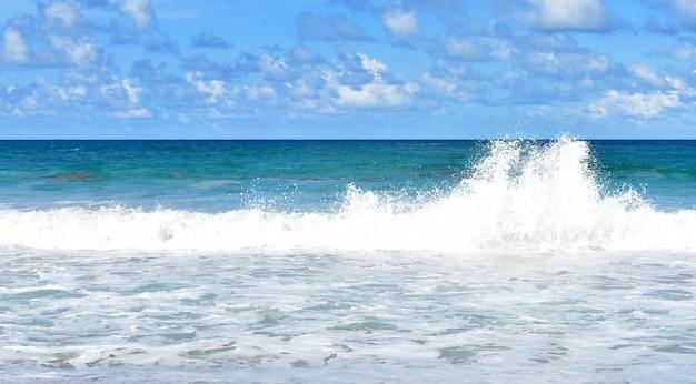 큰 파도가 해안을 치고