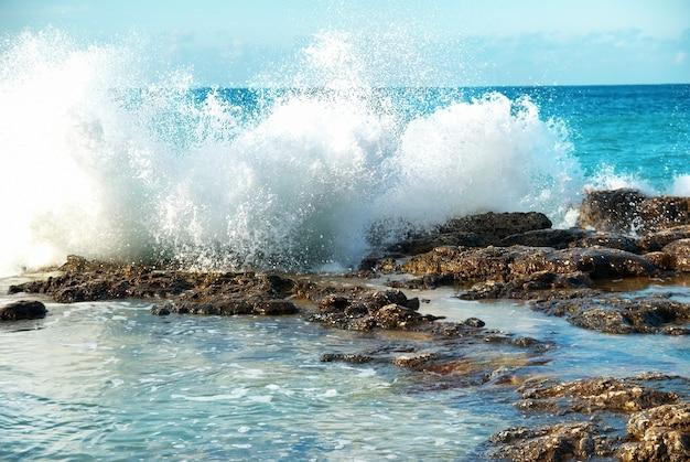 바다 거품으로 해안에 침입하는 큰 파도