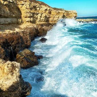 海の泡で岸に打ち寄せる大きな波