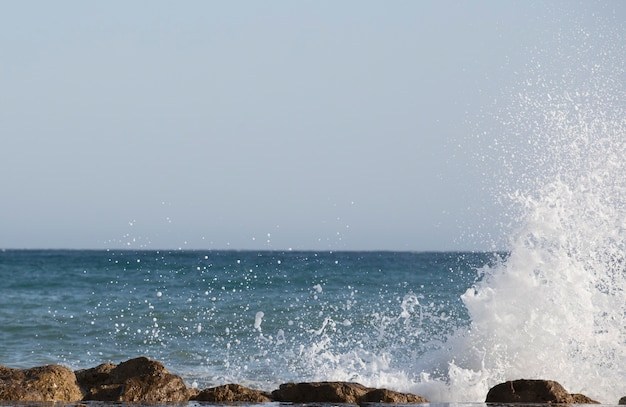 大きな波が海洋形式で岸に衝突する