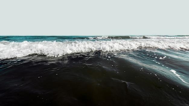暴風雨の大きな波