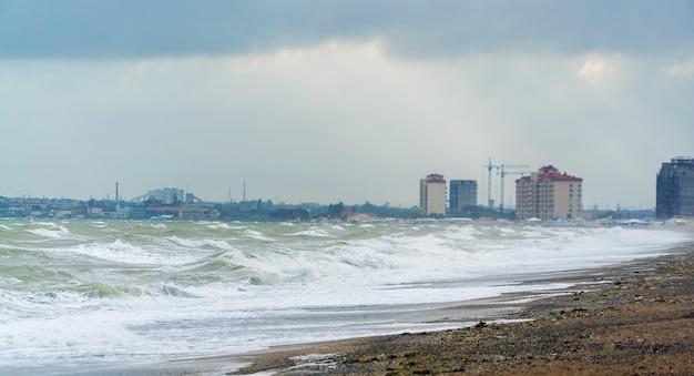黒海の大きな波。エフパトリア沖の嵐。クリミア半島。