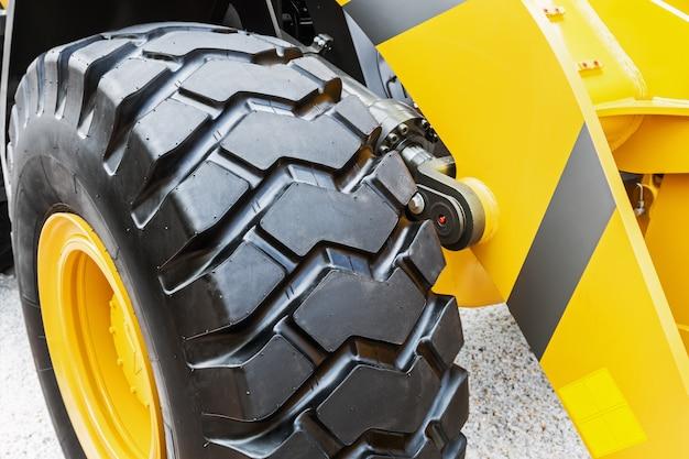Большое колесо трактора или другой конструкции