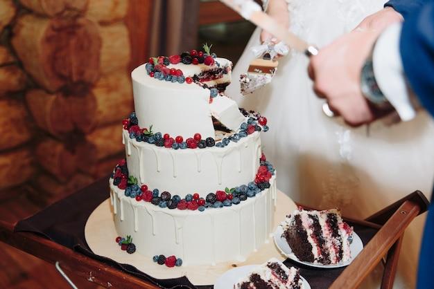 신선한 딸기와 함께 큰 흰색 케이크