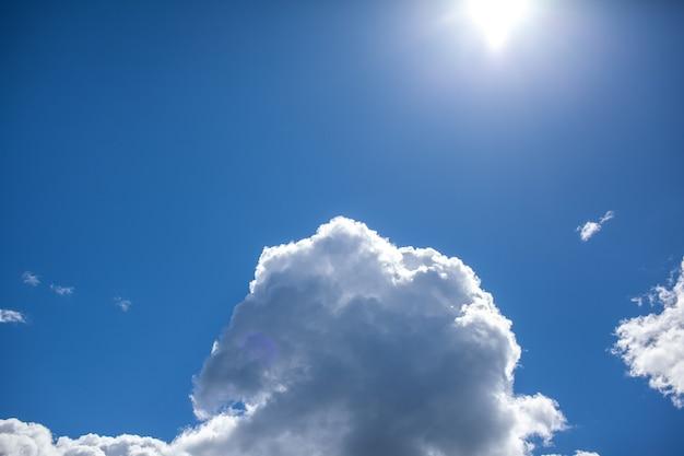 青い空のクローズアップの大きな白い雲。テキストのための場所があります。自然の清潔さと自然への配慮の概念