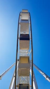 푸른 하늘에 대 한 큰 흰색 관람차입니다. 복사 공간이 있는 파란색 배경에 있는 매력의 일부입니다. 캐빈, 전망대.