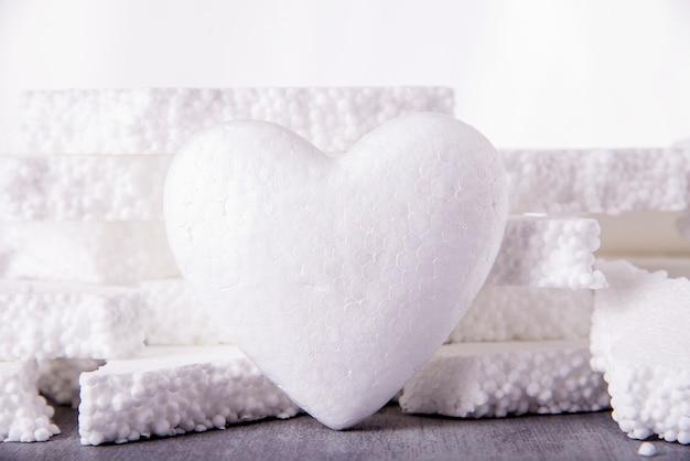 ポリスチレンの破片で作られた大きな白いハート3 d。人工愛、凍った心の概念。