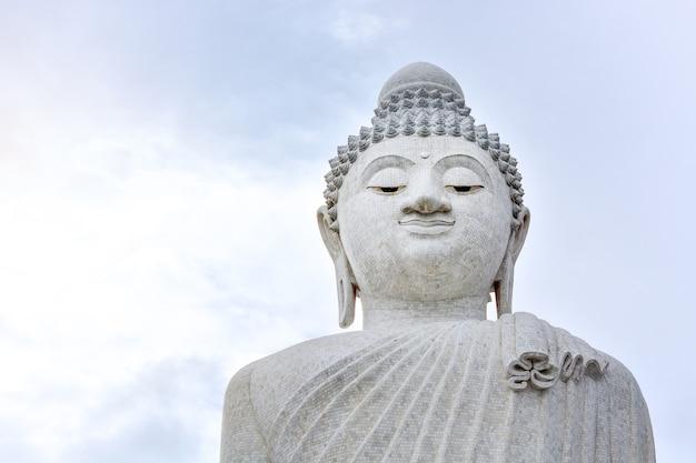 曇り空の背景プーケットタイの大きな白い大理石の仏