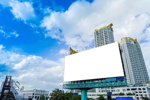 Большая вывеска на фоне здания