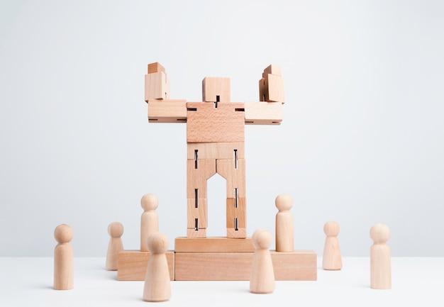 Жест сильной силы большого деревянного робота, стоящий на подиуме победителя среди деревянных фигур, последователей на белом фоне, минимальный стиль. концепция лидерства, власти, силы и влияния.