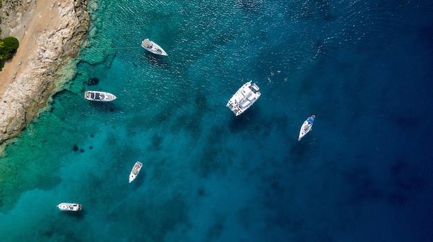 Большая яхта с лодками в море летом в греции