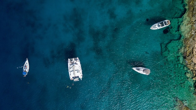 그리스에서 여름에 바다에서 보트와 큰 요트