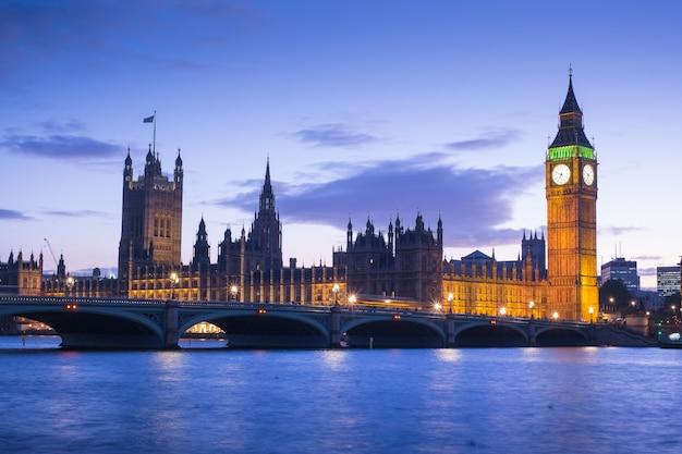ビッグベンとイギリス、ロンドンの議会の家 Premium写真