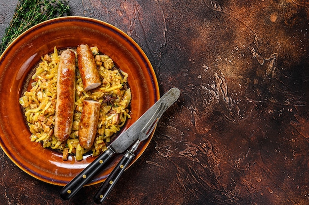 Bigos 접시에 버섯과 고기 소시지와 양배추 조림