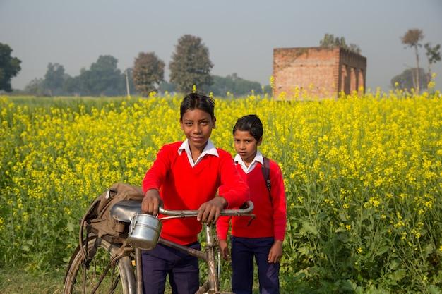 Biharインド -  2016年2月15日:正体不明の子供が学校に行く