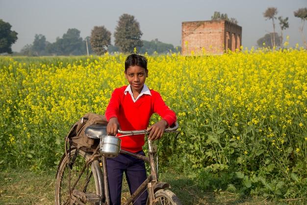 Бихар индия - 15 февраля 2016 года: неизвестные дети ходят в школу