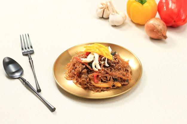 비훈고랭 또는 버미첼리(유리국수) 또는 잡채를 얇게 썬 파프리카를 볶습니다. 젓가락으로 세라믹 그릇에 제공됩니다. 텍스트를 위한 공간 복사