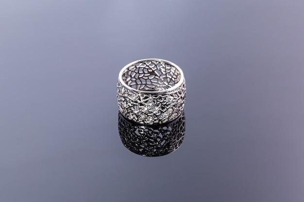 어두운 표면에 보석류와 보석. 반지, 팔찌 및 펜던트.