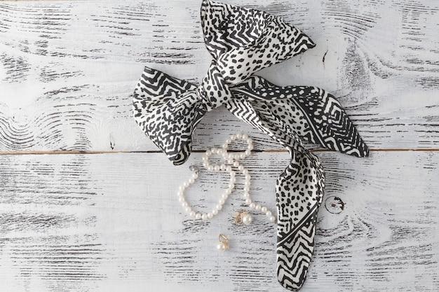 白い木製のテーブルに宝石の真珠