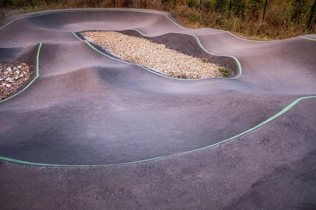 Велосипедная площадка и площадка для катания на коньках в центре города серфскейт и велосипедная дорожка bmx астурия, испания