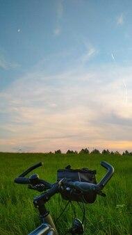 フィールドで日没時に自転車