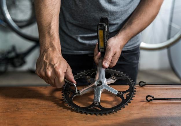 워크숍에서 자전거 제작