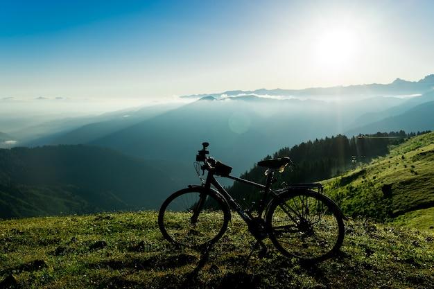 日没の空を背景に自転車キャンプで自転車