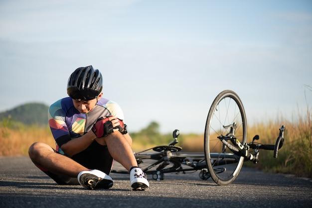 자전거 부상. 자전거를 타는 동안 남자 자전거가 도로 자전거에서 떨어졌습니다.