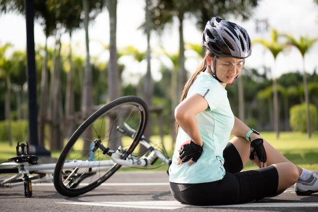 自転車の怪我。女性サイクリストはサイクリング中にロードバイクから落ちた。自転車事故