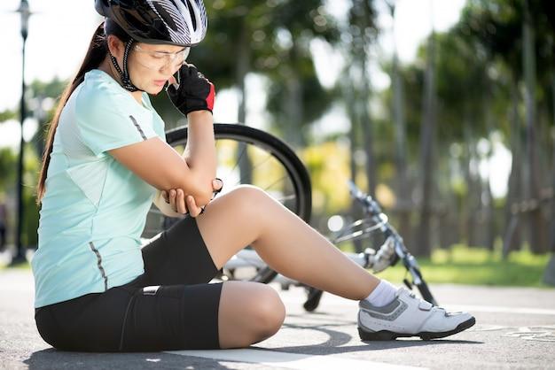 自転車の怪我。女性自転車はサイクリング中にロードバイクから落ちた