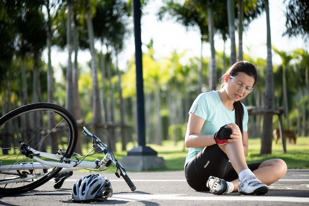 自転車の怪我。若い女性サイクリストがサイクリング中にロードバイクから落ちた