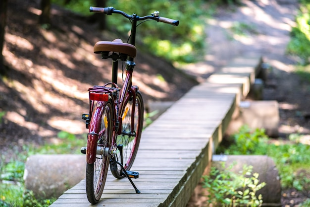 Байк находится на подножке. деревянный мост через овраг. остановка отдыха, концепция загородного отдыха.
