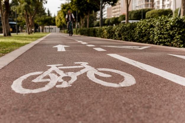 Primo piano della pista ciclabile sulla strada