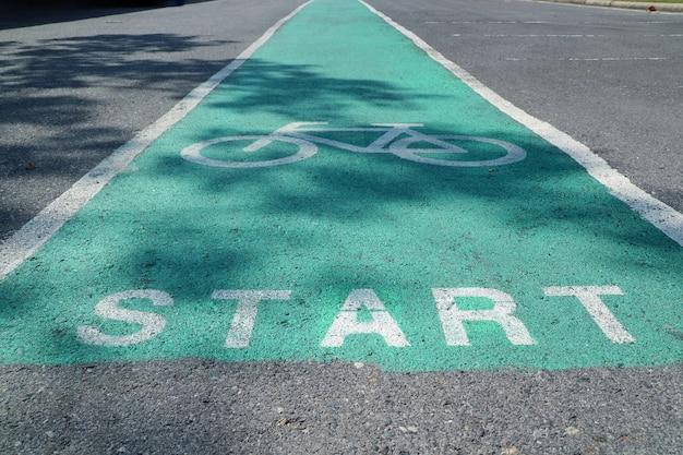 緑に塗られた自転車レーン背景がぼやけたセレクティブフォーカスサインと交通機関