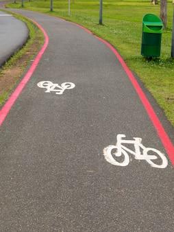 自転車レーンは通りの地面にサイン