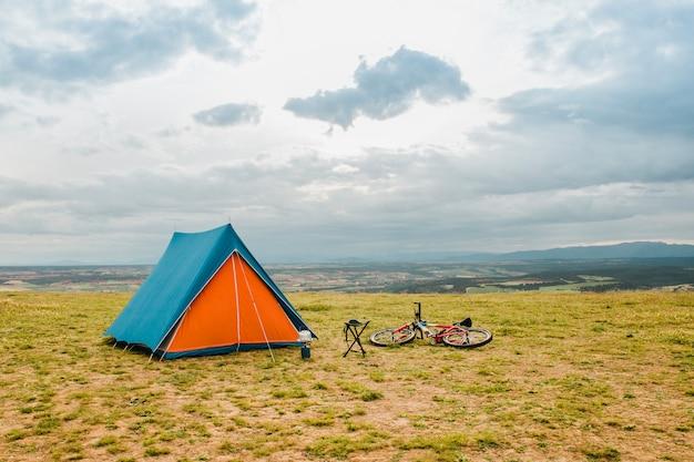 텐트 옆에 누워 자전거