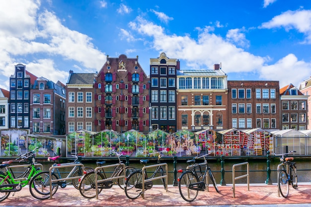Велосипед по каналу города амстердам